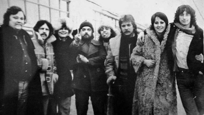 Od lewej: Pan z Pagartu, Zdzisław Janiak, Pani z radzieckiej agencji koncertowej, Romuald Czystaw, Tomasz Zeliszewski, Andrzej Ziółkowki, Danuta Błażejczyk i Jan Borysewicz w ZSRR - lata 80.